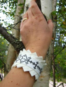 Bracelet in linen, Poor man´s lace embroidery