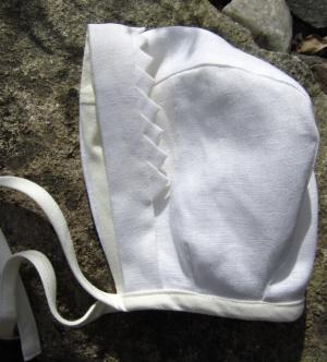 Bonnet in leinen and poor man´s lace