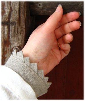 Lös manschett i lin med fattigspetsar